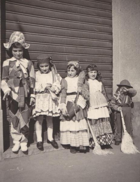 Via Fiume, fine anni Cinquanta, bambini in maschera